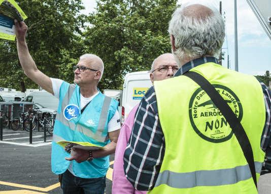 Les partisans du transfert de l'aéroport de Nantes Atlantiquer vers Notre-Dame-Des-Landes l'ont emporté lors du scrutin du 26 juin. Les militants du« oui» sur un marché à Nantes, le 23 juin 2016.