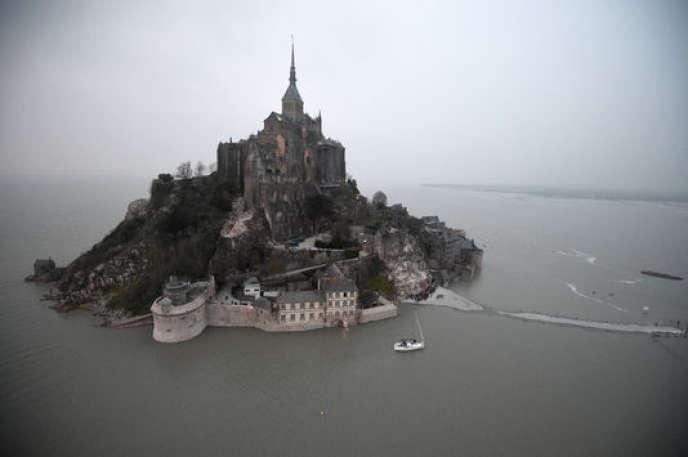 Le Mont-Saint-Michel, joyau du patrimoine français.