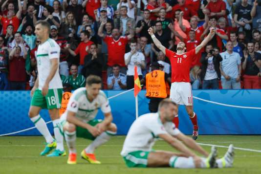 Gareth Bale lève les bras au ciel, le Pays de Galles bat l'Irlande du Nord, le 25 juin à Paris.