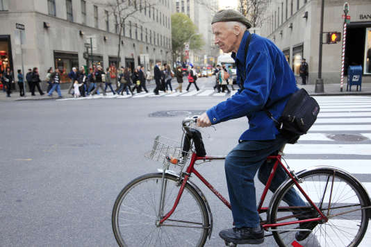 Le photographe du «New York Times» Bill Cunningham le 23 novembre 2010 dans les rues de New York.