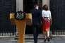 «M. Cameron restera dans l'Histoire comme celui qui a mis son pays en dehors de l'UE pour résoudre un conflit politique interne à son parti et pour son destin personnel» (Photo: M. Cameron et son épouse le 24 juin au 10, Downing Street).
