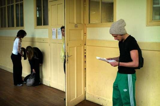 Un lycéen révise ses notes juste avant de passer son bac, en 2010 dans un couloir d'un lycée parisien.