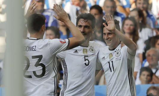 Julian Draxler (à droite) félicité après le troisième but allemand face à la Slovaquie.
