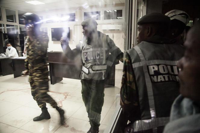 Des policiers dans l'hôpital de l'universitéd'Antananarivo après un attentat à la grenade dans le stade de la ville, le 26juin 2016.