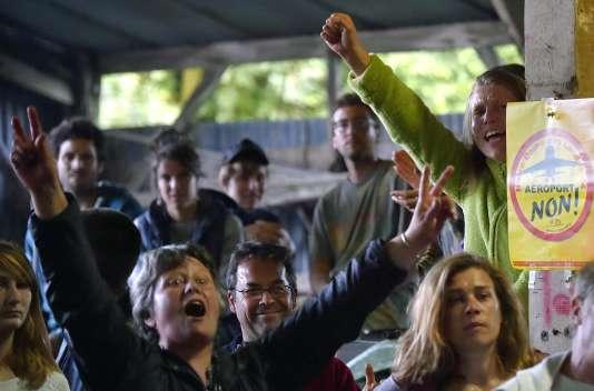Des militants opposés au projet d'aéroport de Notre-Dame-des-Landes réagissent aux résultats du référendum, le 26juin.