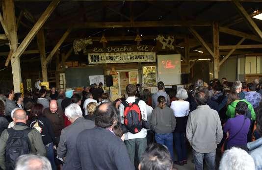 Lors de la soirée électorale du 26 juin, les opposants au projet d'aéroport de Notre-Dame-des-Landes, apprennent qu'ils ont perdu le scrutin. / AFP / LOIC VENANCE