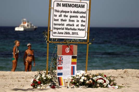 Une plaque en hommage aux victimes de la fusillade de Sousse, en Tunisie, tuées le 26 juin 2015.
