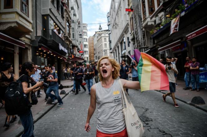 Une militante LGBT, dimanche 26 juin, à Istanbul.
