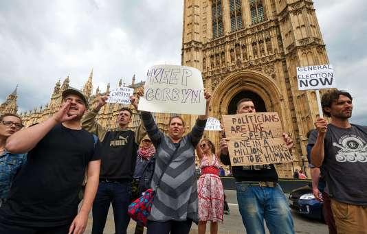 Des soutiens à Jeremy Corbyn devant le Parlement britannique, le 26 juin.