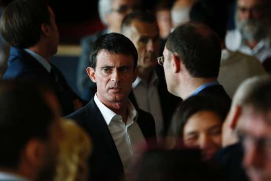 "French Prime Minister Manuel Valls attends the ""Banquet Republicain"" organised by Seine-Maritime departmental councilor Marie Le Vern, on June 26, 2016 in Belleville-sur-Mer, northwestern France. / AFP / CHARLY TRIBALLEAU"
