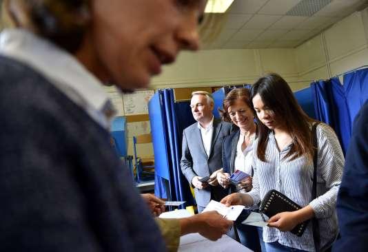 A Nantes, Jean-Marc Ayrault, et sa femme Brigitte, participent au référendum, dimanche 26 juin.