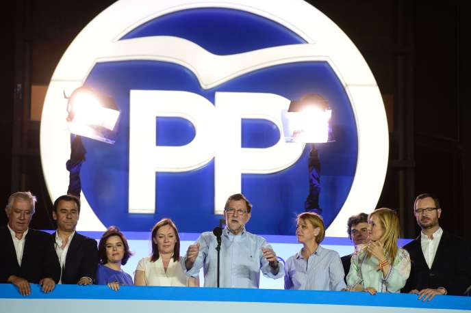 Le chef du Parti Populaire, Mariano Rajoy, aux côtés de Soraya Saenz de Santamaria, lors d'un meeting le 26 juin 2016.