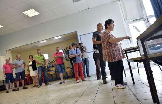 Des votants font la queue à Notre-Dame-des-Landes, le 26juin.