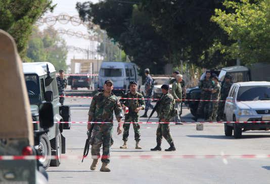 Les forces de sécurité libanaises dans le village d'Al-Qaa, frappé par une série d'attentats-suicides le 27 juin 2016.