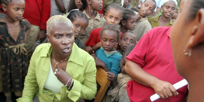 Angélique Kidjo,ambassadrice de bonne volonté pour l'Unicef, lors d'une réunion d'information auprès d'enfants éthiopiennes contre le mariage forcé.