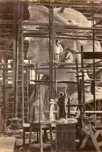 Pierre Petit et son commanditaire Bartholdi ont ici mis en valeur la tête de la Liberté en rehaussant de brun et de blanc plusieurs zones de l'image : les contrastes sont ainsi accentués.