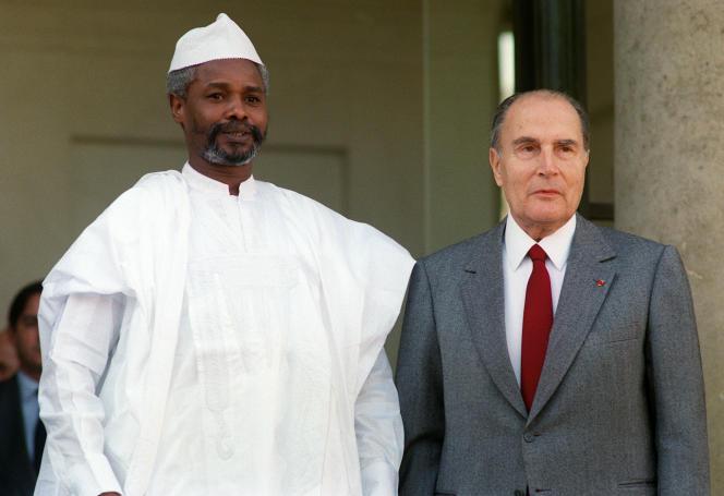 Le président tchadien Hissène Habré avec François Mitterrand, en octobre 1989, sur le perron de l'Elysée.