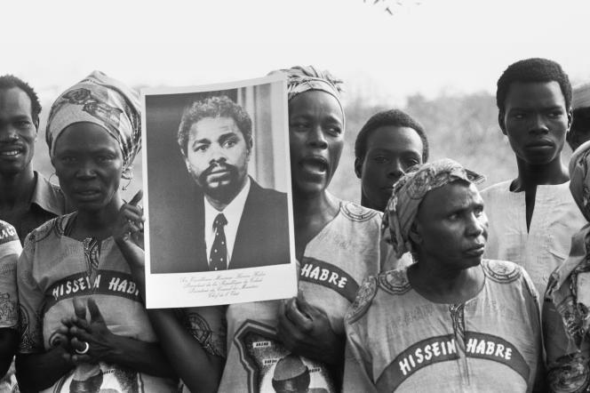 Des femmes brandissant un portrait de l'ex-président tchadien Hissène Habré, le 20 août 1983, à N'Djamena.