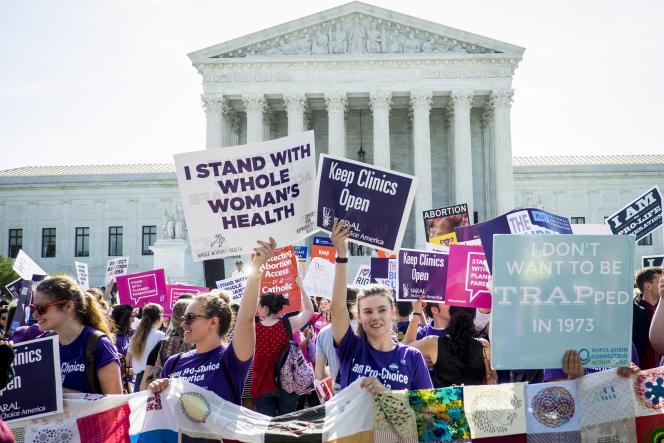 La décision de la Cour suprême est perçue par la presse américaine comme une victoire pour les défenseurs de l'avortement.