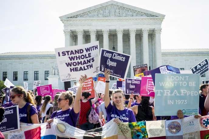 Des manifestants pour et contre le droit à l'avortement à Washington le 27 juin.