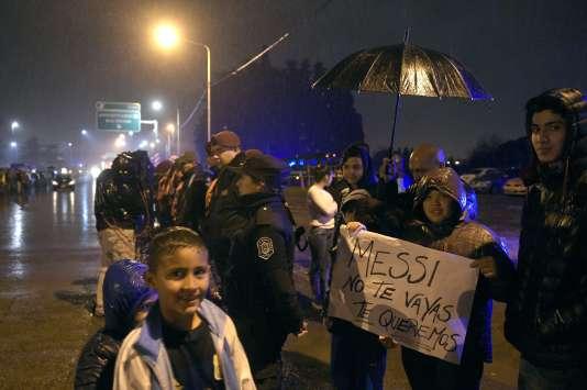 Lundi 27 juin, les supporteurs argentins ont accueilli sous la pluie leur équipe de retour des Etats-Unis.