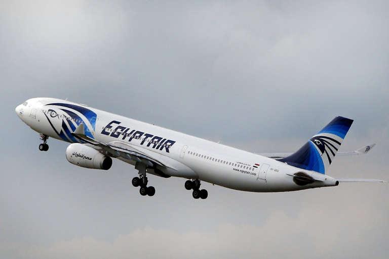 Un avion EgyptAir décolle au-dessus de Paris, le 19 mai.