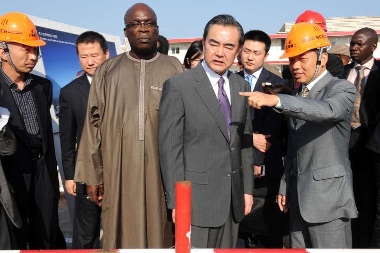 Le ministre des affaires étrangères chinois, Wang Yi, et le ministre de la culture sénégalais, Abdou Azize Mbaye, à Dakar, en janvier 2014.