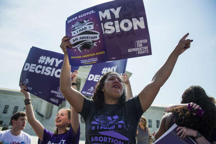 Des défenseurs du droit à l'avortement célèbrent la décision de la Cour suprême, lundi, à Washington.