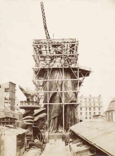 Elle forme une sorte de grand pylône ayant quatre points d'attache sur la base qui supporte la statue.