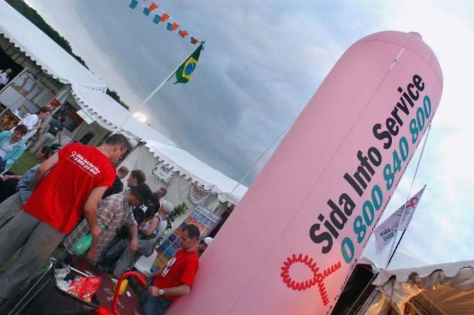 Stand de Sida info service, le 5 juillet 2003 à l'hippodrome de Longchamp près de Paris, lors de la 5e édition de Solidays, le festival de musique organisé par l'association Solidarité sida, dont les fonds servent à la lutte contre le sida.