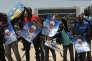 Des partisans du Parti démocratique Sénégalais (PDS) brandissent des affiches avec leur leader, l'ex-président Abdoulaye Wade, devant le siège du parti, le 23 avril 2014.