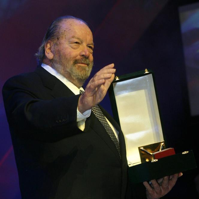 Bud Spencer reçoit une récompense pour l'ensemble de sa carrière lors du 28e Festival international du film du Caire (Egypte), le 30 novembre2004.