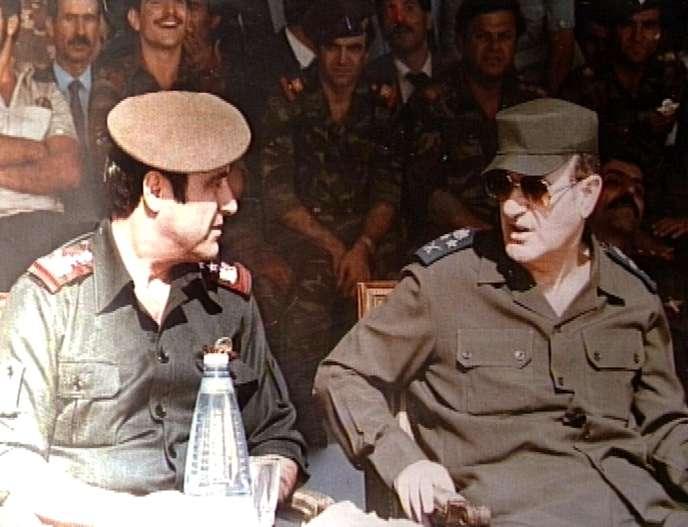 Rifaat et Hafez Al-Assad, lors d'une cérémonie militaire à Damas en 1984.