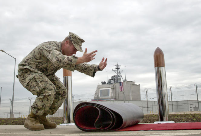 Un militaire américain prépare l'inauguration de la première base terrestre de la défense antimissile européenne, le 12 mai à Deveselu, au sud de la Roumanie.