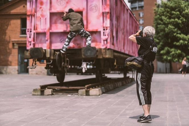 Martha Cooper photographiant Futura à l'œuvre sur son wagon, au Musée des Abattoirs, à Toulouse.