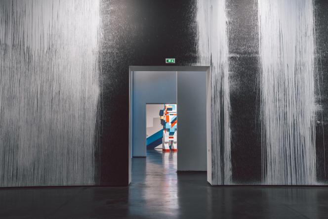 Vue sur la salle investie par Craig Costello, alias KR, et sur une installation de Boris Tellegen.