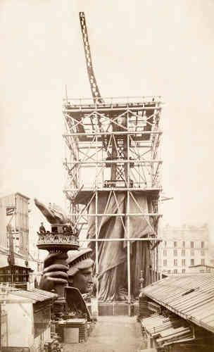 En 1883, un pylône de fer en guise de bras s'échappe de la masse de cuivre.