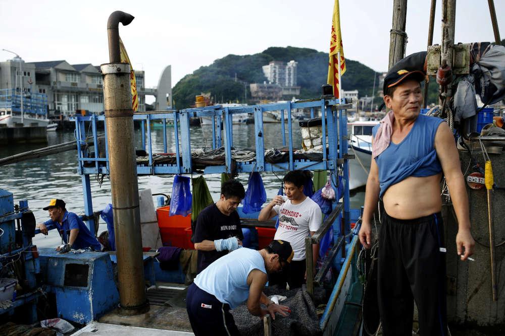 Les pêcheurs avant le départ, à New Taipei City, à Taïwan. A une époque, jusqu'à 300bateaux utilisant cette méthode traditionelle de pêchesortaient chaque nuit. Ils sont trois à présent.