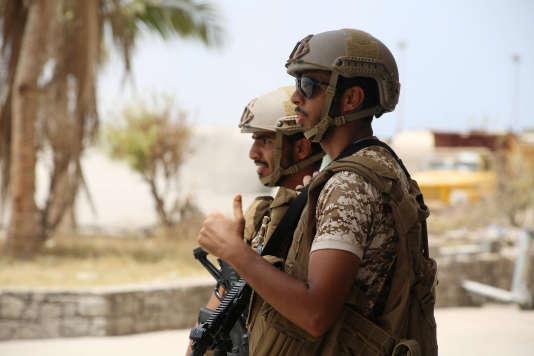 Des soldats des forces gouvernementales, à l'aéroport d'Aden, en août 2015.