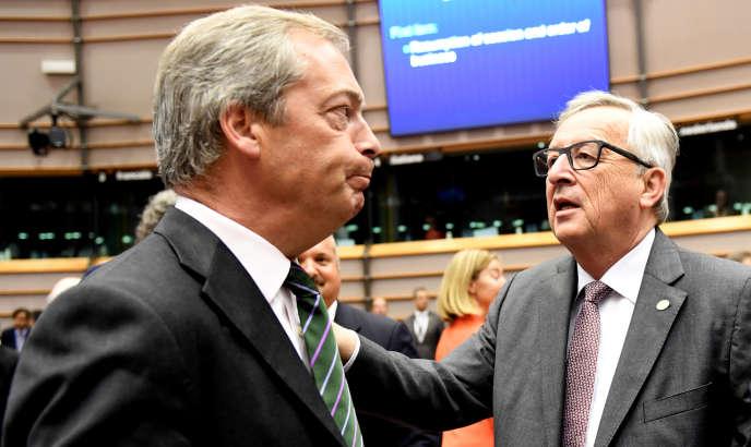 Le député europhobe britannique Nigel Farage (au premier plan) en compagnie duprésident de la Commission européenne, Jean-Claude Juncker, pendant la session extraordinaire du Parlement européen à Bruxelles, mardi28 juin2016.
