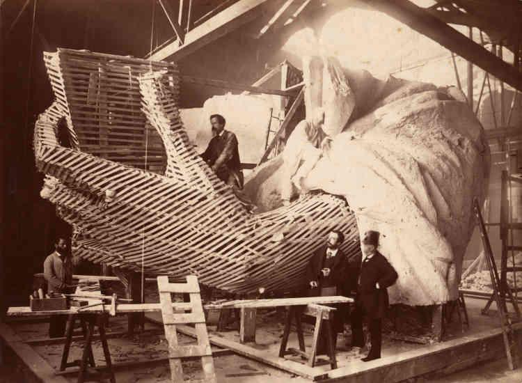 Les plâtres sont réalisés à partir d'une structure en bois et en lattis. Cette carcasse est elle-même conçue par l'agrandissement d'un modèle seize fois plus petit.
