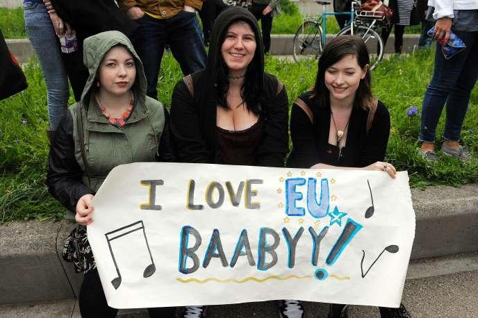 Des manifestantes déploient une affichette « I love EU Baabyy», le 28 juin, à Edimbourg.