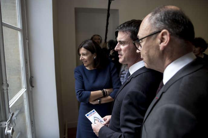 Le 17 juin, Manuel Valls, premier ministre, visite des locaux du ministère de la défense à Paris avec la maire, Anne Hidalgo.