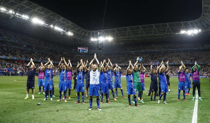 Les joueurs islandais célèbrent leur victoire (2-1) contre les Anglais, lundi 27 juin, à Nice.