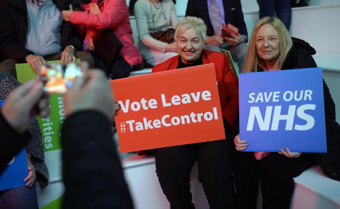 """Des militantes en faveur du «Brexit» brandissent des pancartes«Votez """"quitter"""", #ReprenezLeContrôle» et«Sauvez notre NHS» lors d'un meeting à Manchester, en avril2016."""
