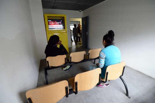 Des migrants en situation irrégulière au centre de rétention administrative du Canet à Marseille, le 31janvier 2014.