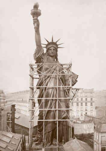 Au printemps 1884, la statue - encore encadrée et soutenue par ses échafaudages - est presque terminée.