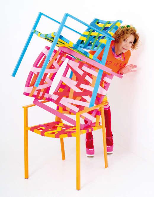 La créatrice de mode Agatha Ruiz de la Prada a donné du fil à retordre à la marque azuréenne Sifas, spécialisée dans le mobilier de jardin, avec cette collection enrubannée de toutes parts et colorée façon « gelati». « Au même titre que la lumière, la couleur est l'élément qui donne vie à la maison », souligne l'icône de la movida.