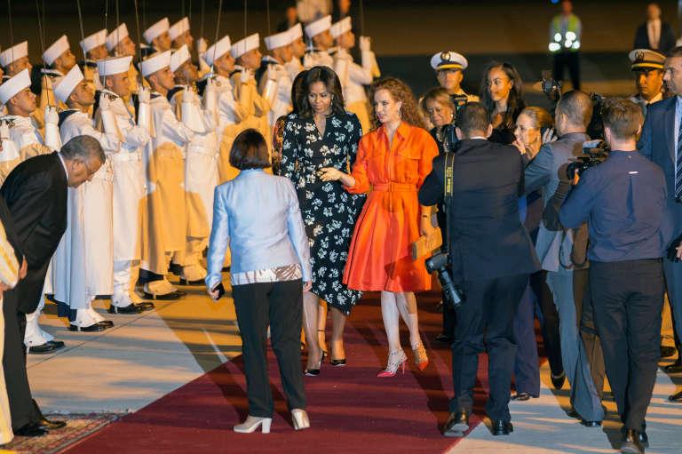 La première dame Michelle Obama accueillie à Marrakech par la princesse Lalla Salma du Maroc, dans la nuit de lundi à mardi 28 juin 2016.