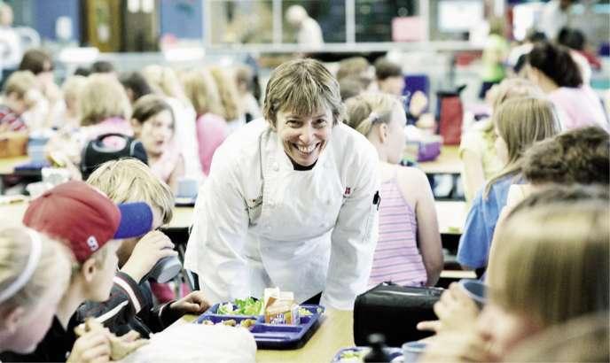 Aux Etats-Unis, Ann Cooper propose des bars à salades dans les cantines scolaires pour lutter contre l'obésité.